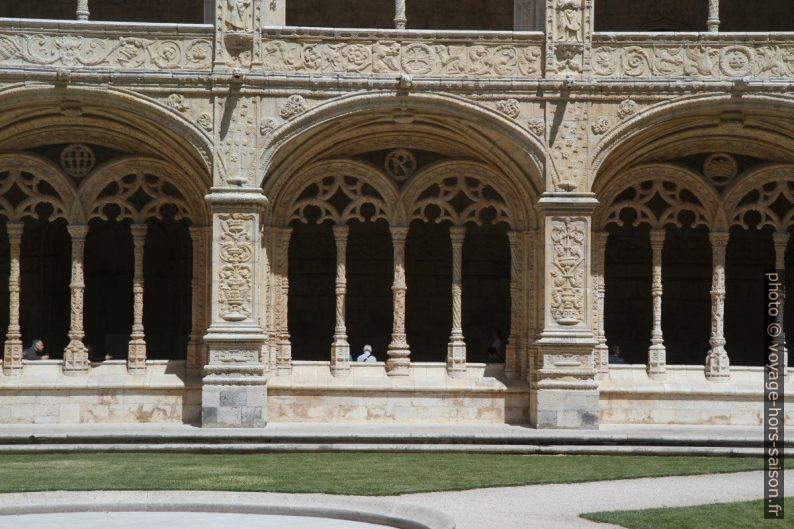 Larges arcades de l'étage inférieur du cloître du Monastère des Hiéronymites. Photo © Alex Medwedeff