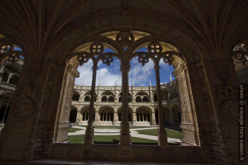 Large arcade de l'étage inférieur du cloître du Monastère des Hiéronymites. Photo © André M. Winter