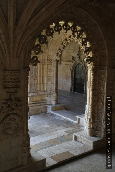 Arcs de portail manuélins dans le cloître du Mosteiro dos Jerónimos. Photo © Alex Medwedeff