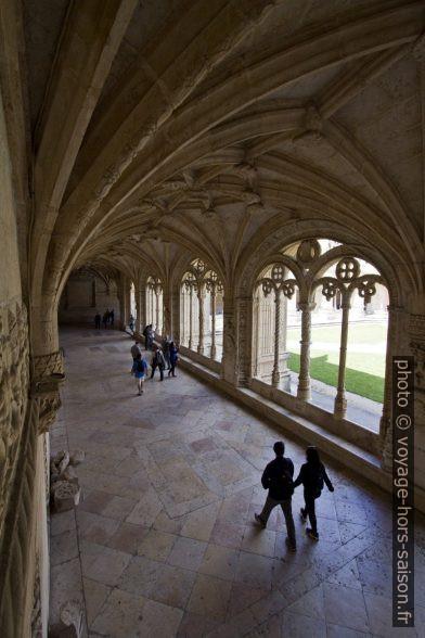 Vue de l'escalier dans l'étage bas du cloître du Monastère des Hiéronymites. Photo © André M. Winter