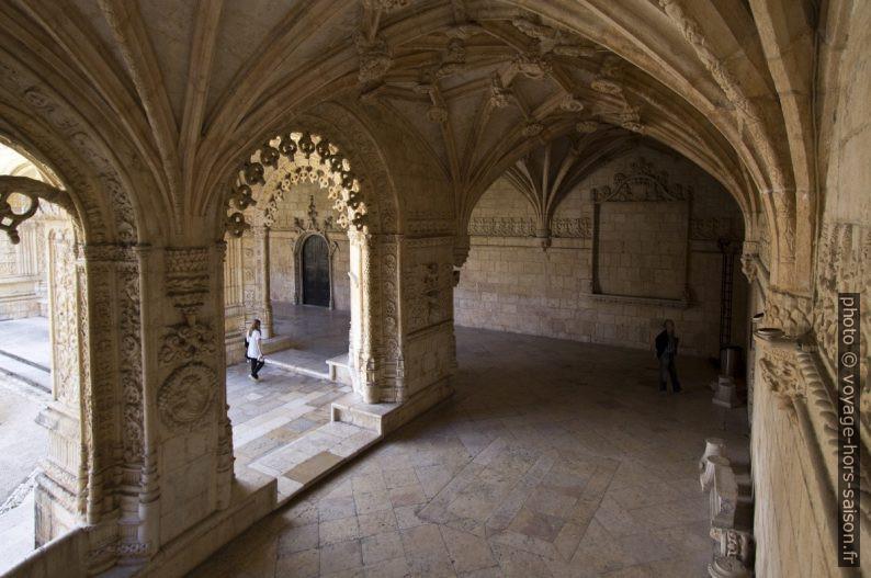 Étage inférieur du cloître du Mosteiro dos Jerónimos. Photo © André M. Winter