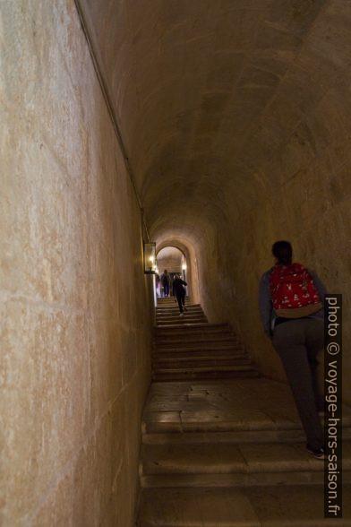 Escalier sans décor entre les étages du cloître du Monastère des Hiéronymites. Photo © André M. Winter