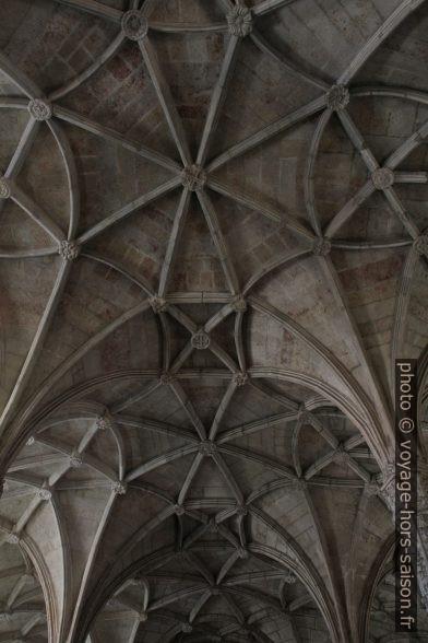 Voûte de la nef manuéline de l'église Santa Maria. Photo © Alex Medwedeff