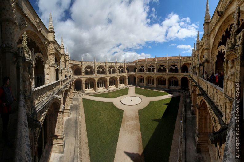 Vue diagonale du premier étage du cloître du Mosteiro dos Jerónimos. Photo © André M. Winter