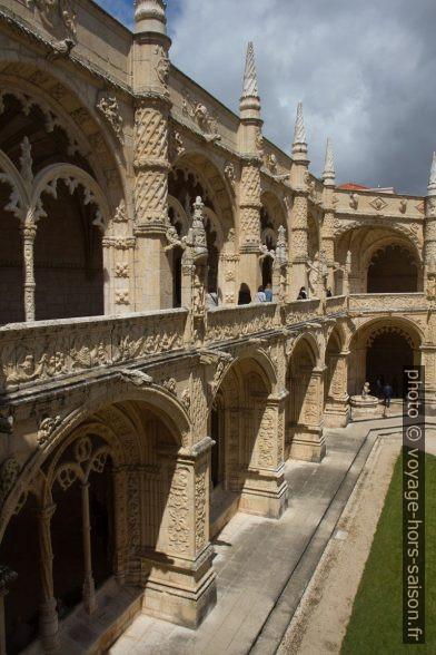 Comparaison des deux étages du cloître du Monastère des Hiéronymites. Photo © Alex Medwedeff
