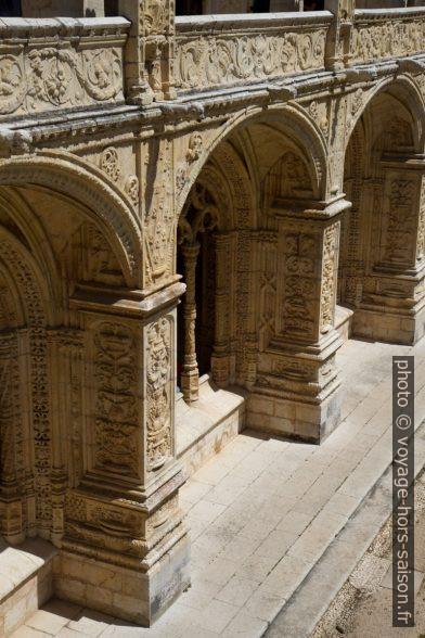 Arcades richement décorées de l'étage bas du cloître du Monastère des Hiéronymites. Photo © Alex Medwedeff