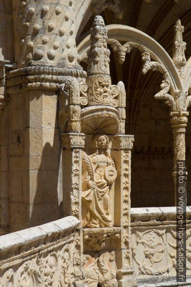 Figures et arc de l'étage supérieur du Mosteiro dos Jerónimos. Photo © Alex Medwedeff