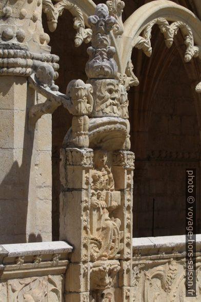Figures et arc de l'étage supérieur du Mosteiro dos Jerónimos. Photo © André M. Winter