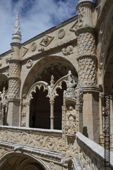 Les arcades de l'étage supérieure du Mosteiro dos Jerónimos. Photo © Alex Medwedeff