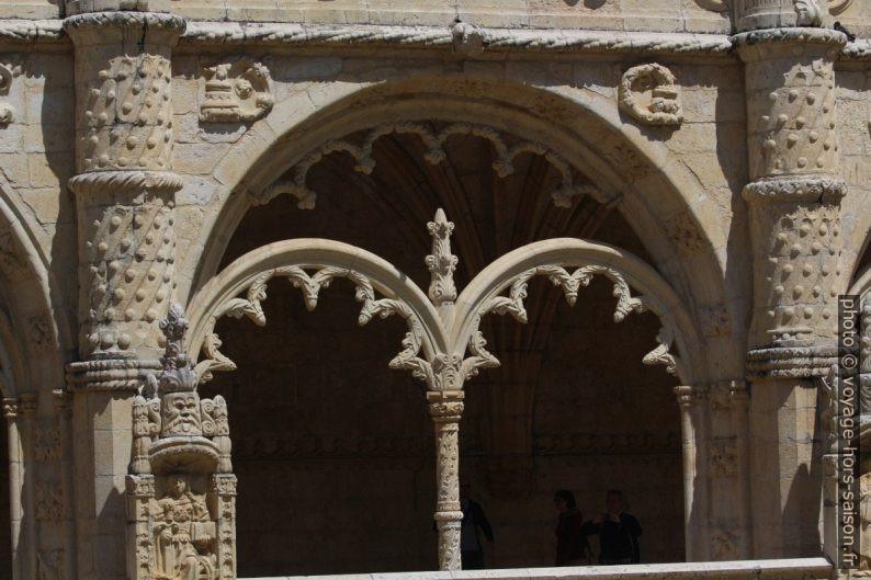 Remplage d'une arcade de l'étage haut du cloître du Mosteiro dos Jerónimos. Photo © André M. Winter