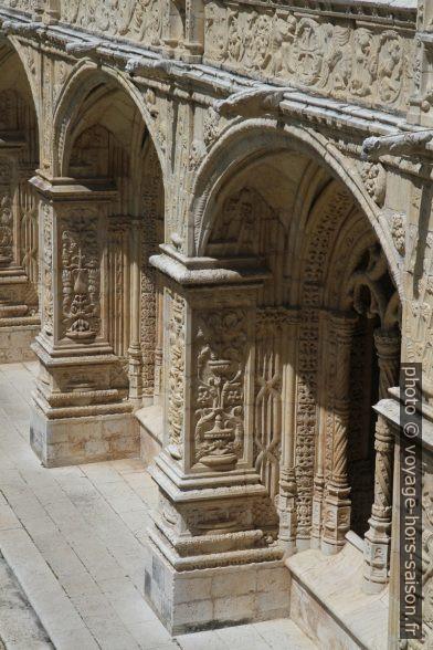 Arcades décorées de l'étage bas du cloître du Monastère des Hiéronymites. Photo © Alex Medwedeff