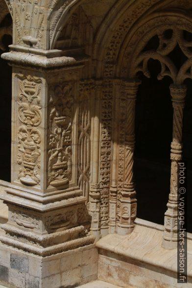Détail du décor des arcades basses du cloître du Monastère des Hiéronymites. Photo © André M. Winter