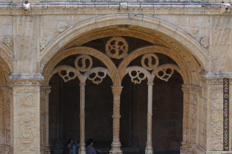 Remplage d'une arcade basse du cloître du Monastère des Hiéronymites. Photo © André M. Winter