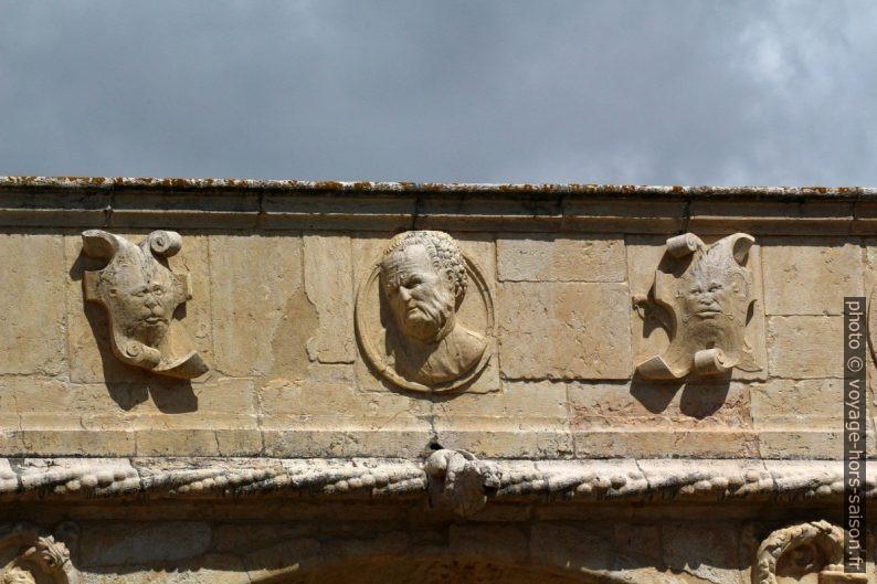 Têtes et monstres sur la frise de l'étage supérieure du Mosteiro dos Jerónimos. Photo © André M. Winter