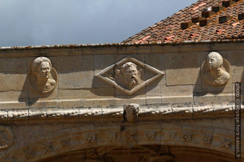 Têtes sur la frise de l'étage supérieure du Mosteiro dos Jerónimos. Photo © André M. Winter