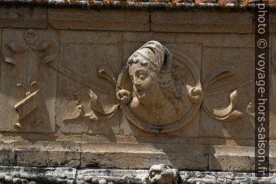Tête de femme sur la frise de l'étage supérieure du Mosteiro dos Jerónimos. Photo © André M. Winter
