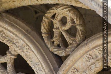 Détail du remplage à l'étage supérieure du Monastère des Hiéronymites. Photo © André M. Winter