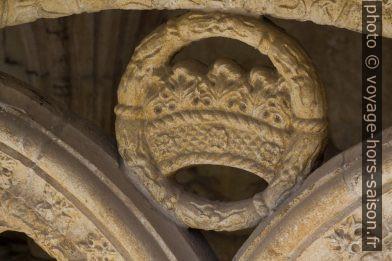 Couronne en remplage à l'étage supérieure du Monastère des Hiéronymites. Photo © André M. Winter