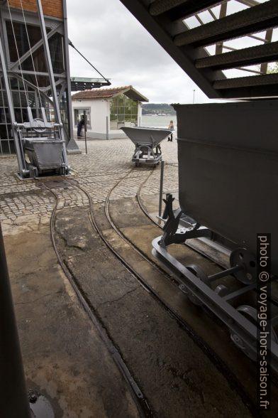Berlines et rails d'acheminement de la Central Tejo. Photo © André M. Winter
