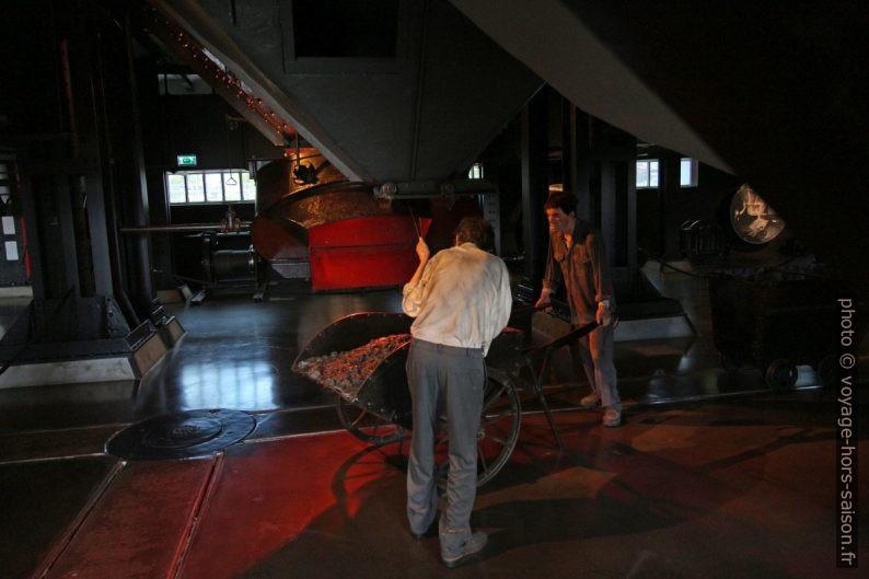 Récupération des cendres sous les chaudières à charbon. Photo © André M. Winter