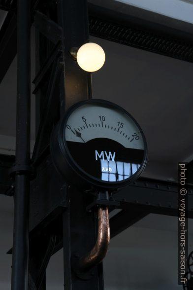 Manomètre affichant des mégawatts. Photo © Alex Medwedeff