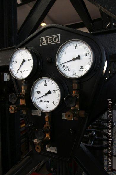 Manomètres affichant des valeurs de la vapeur d'eau. Photo © André M. Winter