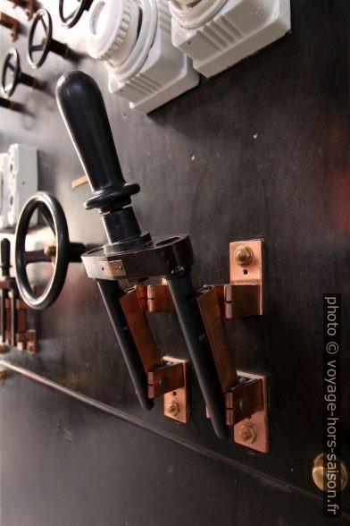Grand interrupteur en cuivre ouvert. Photo © André M. Winter