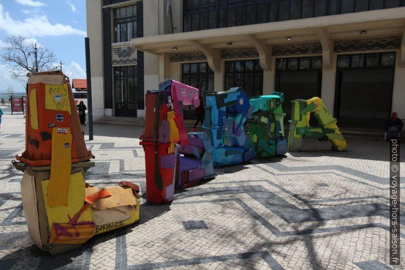 Mot Lisboa formé de débris de poubelles. Photo © André M. Winter