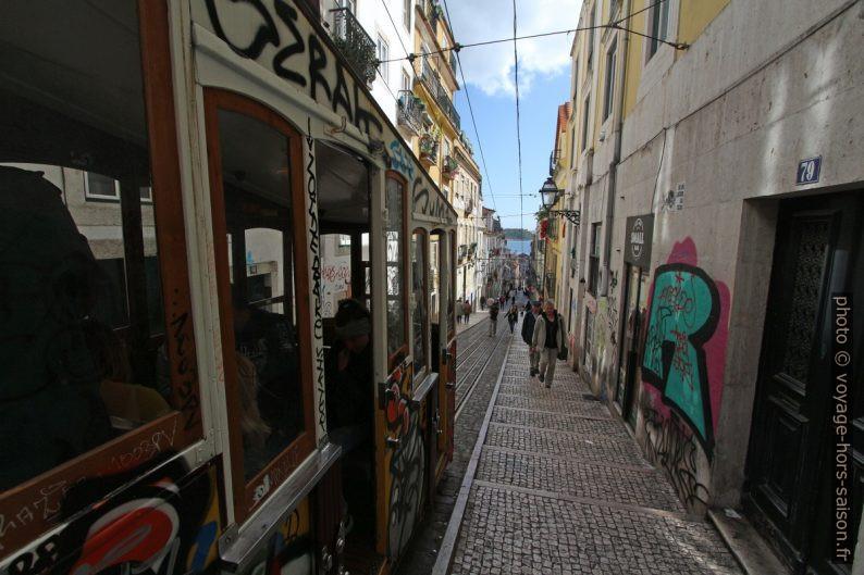 Trottoir avec marches à côté d'une rame du funiculaire de Bica. Photo © André M. Winter