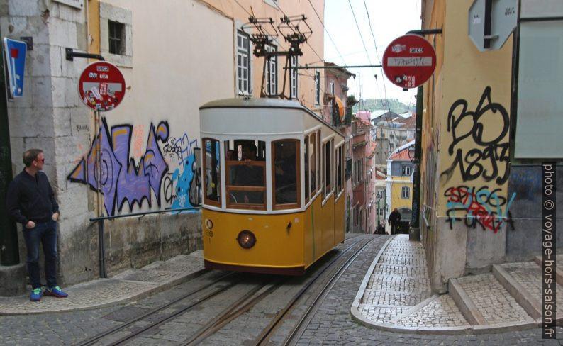 Une rame de l'elevador da Bica remontant la Rua da Bica de Duarte Belo. Photo © André M. Winter