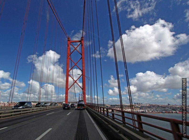 Pilier sud du Ponte 25 de Abril. Photo © André M. Winter
