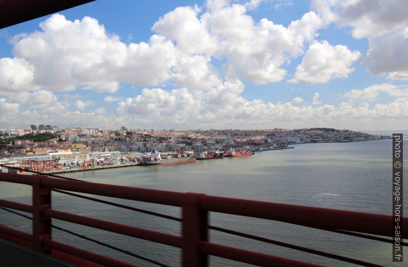 Lisbonne vu du Ponte 25 de Abril. Photo © André M. Winter