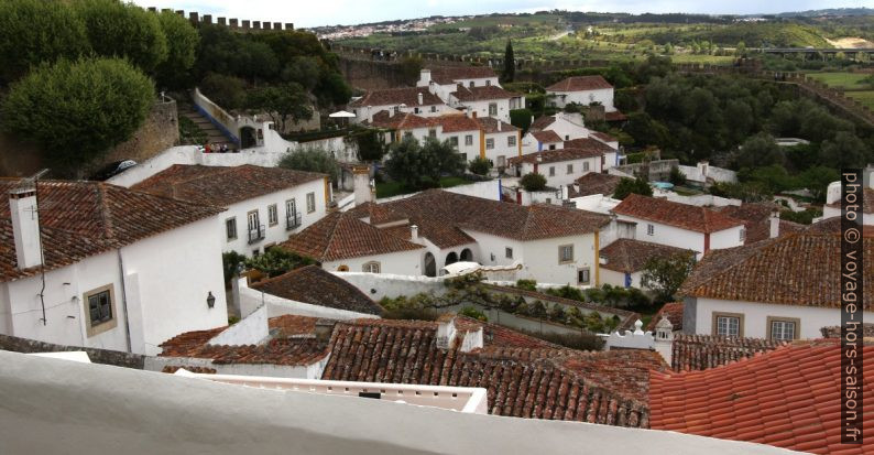 Maisons blanches de la ville Óbidos. Photo © André M. Winter