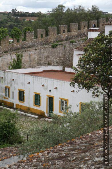Terrasse d'une maison de maître sous la muraille au sud de Óbidos. Photo © Alex Medwedeff