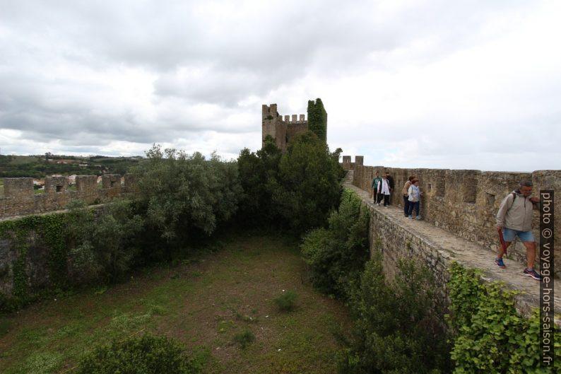 Tour de guet sud et la muraille sans rambarde de Óbidos. Photo © André M. Winter
