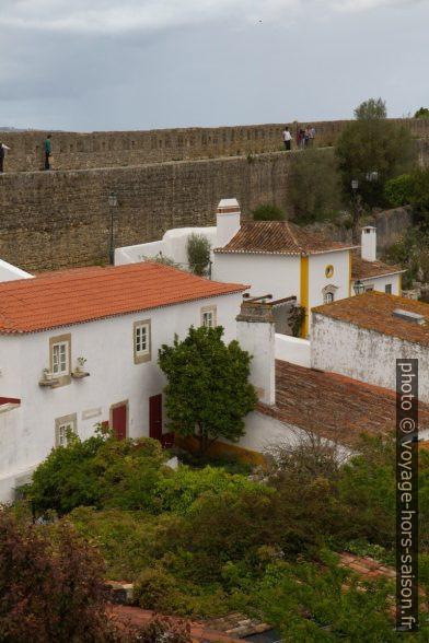 Maisons et jardins intra muros d'Óbidos. Photo © Alex Medwedeff