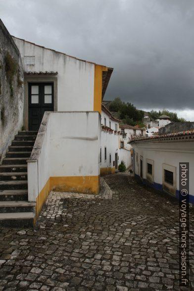Une ruelle pavée de Óbidos. Photo © Alex Medwedeff