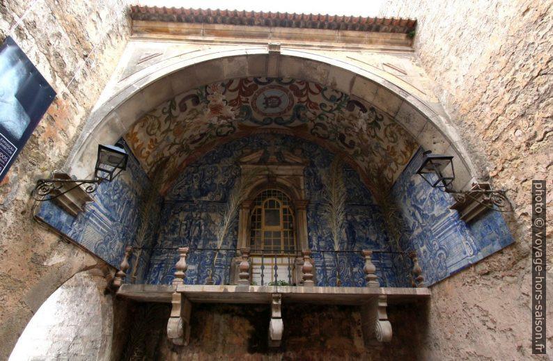 Décor en azulejos du balcon de la Porta da Vila. Photo © André M. Winter