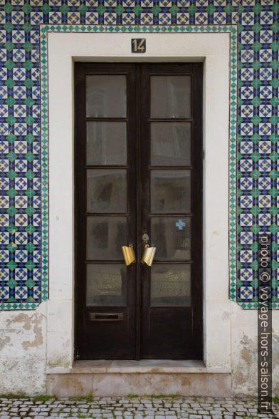 Porte d'une maison carrelée de carreaux géométriques. Photo © André M. Winter