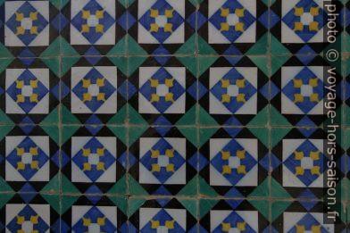 Carreaux géométriques noirs, bleus, verts, jaunes et blancs. Photo © André M. Winter