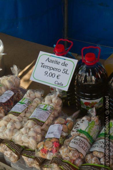 Huile d'olive et pâtisseries de Caldas da Rainha sur le marché. Photo © Alex Medwedeff