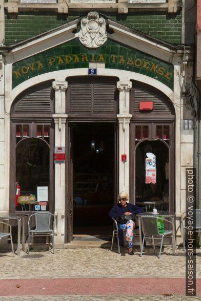 Café au rez-de-chaussée d'une maisons d'Art Nouveau sur la Praça da Republica. Photo © Alex Medwedeff