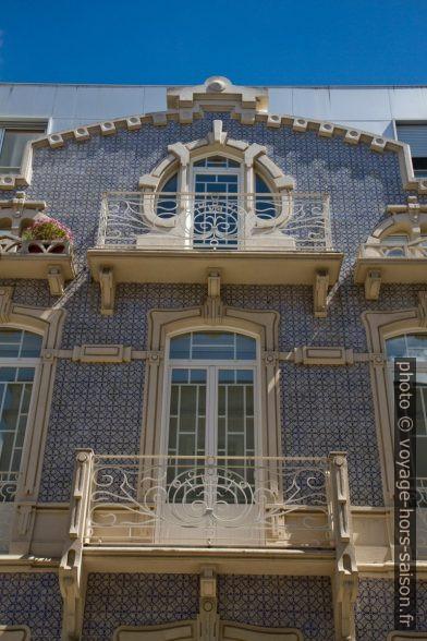 Balcons d'une maison d'Art Nouveau au carreaux bleus et blancs. Photo © Alex Medwedeff