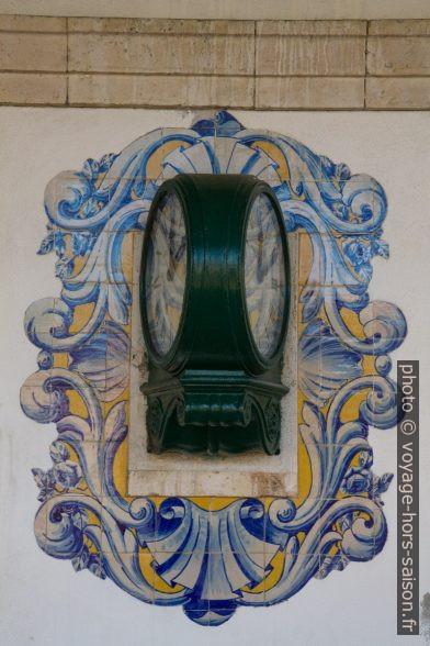 Horloge de la gare de Caldas da Rainha encadrée d'azulejos. Photo © Alex Medwedeff