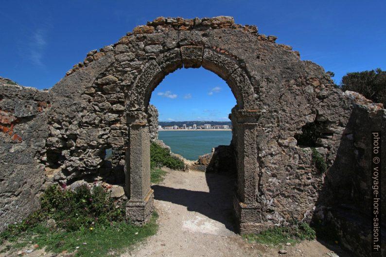 Arc dans les ruines de la Capela de Santana. Photo © André M. Winter