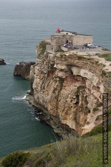 Forte de São Miguel Arcanjo portant le phare de Nazaré. Photo © Alex Medwedeff