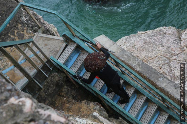 Un pêcheur de pédonculés monte sa prise dans un sac. Photo © Alex Medwedeff