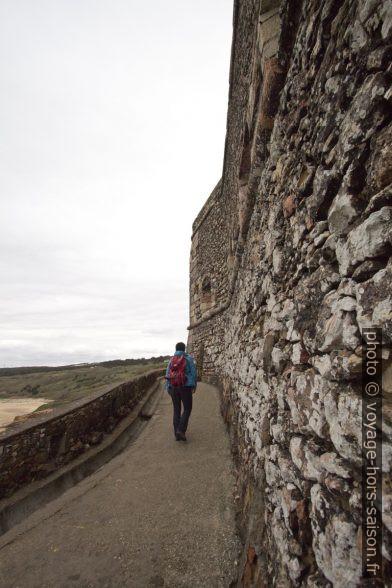 Alex remonte sous le Forte de São Miguel Arcanjo. Photo © André M. Winter