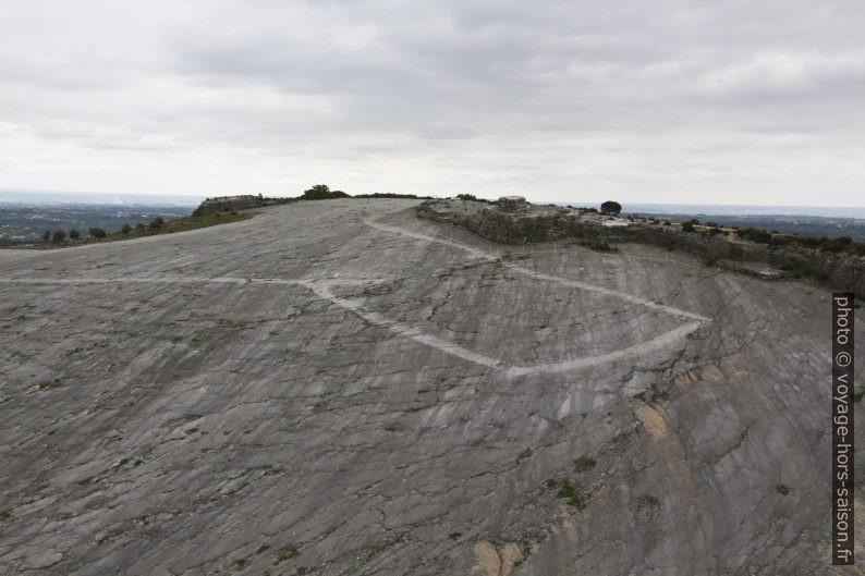 Chemin sur la plaque oblique du Monumento Natural das Pegadas dos Dinossáurios da Serra de Aire. Photo © André M. Winter
