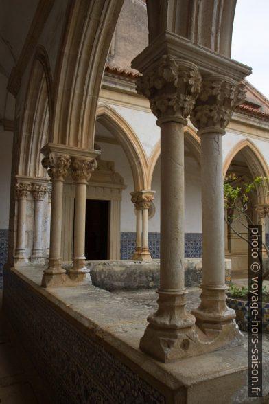 Colonnes fines doubles du Claustro do Cemitério. Photo © Alex Medwedeff